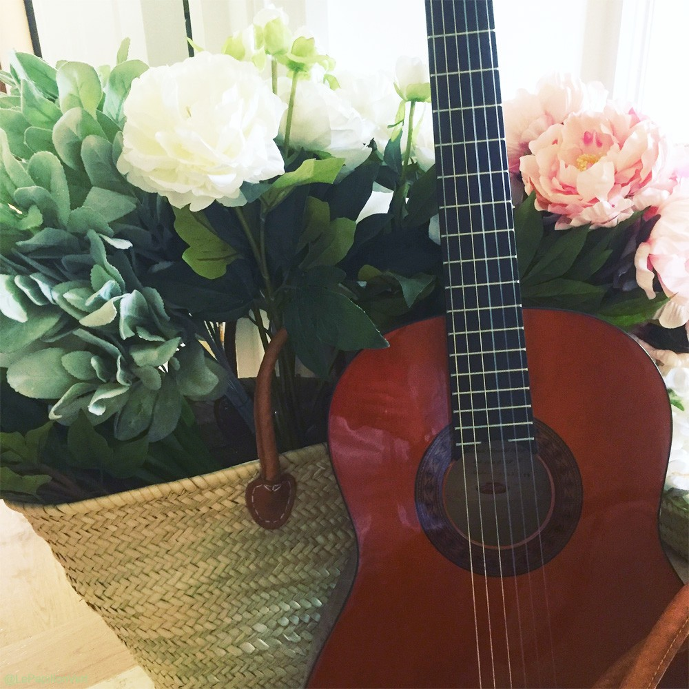 Olivia-Basket-with-flowers-and-guitar_1000